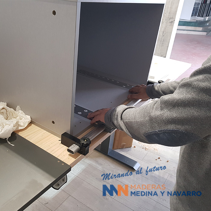 Persona usando una plantilla para construir un cajón